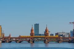 Treno di U-Bahn che attraversa il ponte di Oberbaum in città di Berlino in Germania immagine stock