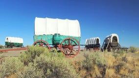 Treno di vagone coperto circondato nel campo lungo la traccia dell'Oregon Fotografia Stock