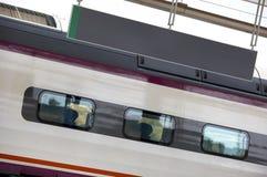 Treno con il cartello ed il vagone ad alta velocità Immagine Stock