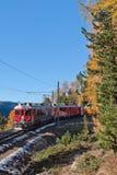 Treno e montagne rossi Fotografie Stock Libere da Diritti