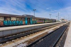 Treno e piste del treno a Faro, Portogallo immagine stock