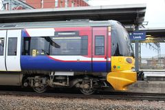 Treno elettrico della classe 333 a Skipton, stazione di Leeds Immagini Stock