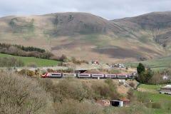 Treno elettrico di Pendolino, autostrada M6 a Beck Foot Immagini Stock