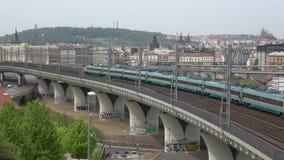 Treno elettrico moderno su un viadotto Praga, repubblica Ceca stock footage