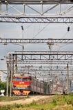 Treno elettrico suburbano rosso moderno fotografia stock