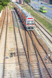 Treno elettrico in un fondo del ` delle rotaie Fotografia Stock