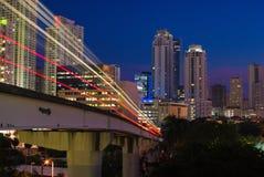 Treno elevato urbano alla notte immagini stock
