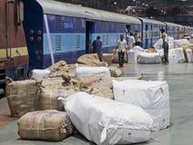 Treno espresso indiano che è caricato con il carico Fotografia Stock Libera da Diritti