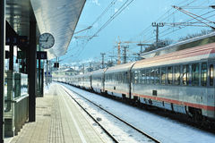 Treno espresso nella stazione ferroviaria di Kitzbuhel immagini stock