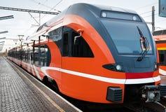 Treno europeo moderno in Estonia fotografie stock