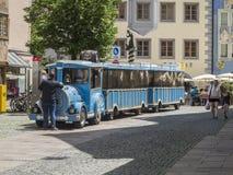 Treno facente un giro turistico blu in città di Fuessen Fotografie Stock Libere da Diritti