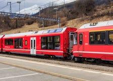 Treno ferroviario di Rhaetian alla stazione ferroviaria di Filisur in Svizzera Fotografie Stock Libere da Diritti