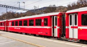 Treno ferroviario di Rhaetian alla stazione ferroviaria di Filisur in Switzer Immagini Stock