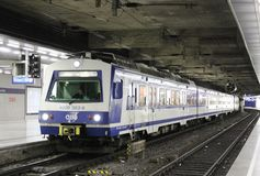Treno ferroviario multiplo elettrico in Wien Mitte Fotografie Stock