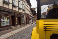 Treno giallo di giro nel wirnigerode Germania nella via fotografie stock
