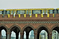 Treno giallo sopra il ponte fotografia stock