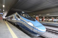 Treno interurbano ad alta velocità sul binario della stazione ferroviaria a Cracovia Fotografia Stock Libera da Diritti