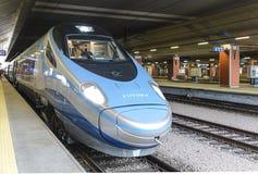 Treno interurbano ad alta velocità sul binario della stazione ferroviaria a Cracovia Immagini Stock Libere da Diritti
