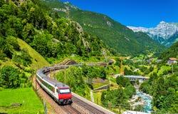 Treno interurbano alla ferrovia di Gotthard - Svizzera Immagini Stock