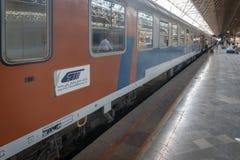 Treno iraniano al binario della stazione ferroviaria di Shiraz nell'Iran fotografie stock libere da diritti
