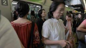 Treno locale a Tokyo, imbarco della gente video d archivio