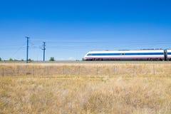 Treno locomotivo ad alta velocità in campagna Immagini Stock Libere da Diritti