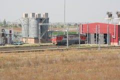 Treno locomotivo che sta all'entrata alla rimessa locomotive Immagini Stock