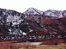 Treno locomotivo sulla pista nelle montagne Immagine Stock
