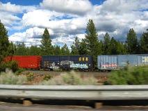 Treno merci che accelera vicino Fotografie Stock