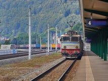 Treno merci che aspetta ad un segnale in Sinaia, Romania Fotografia Stock Libera da Diritti