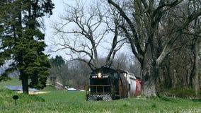 Treno merci che corre lungo i terreni coltivabili di Amish stock footage
