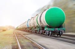 Treno merci che passa petrolio-caricamento, olio combustibile, serbatoi di combustibile nel moto Immagini Stock Libere da Diritti