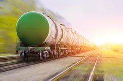 Treno merci che passa petrolio-caricamento, olio combustibile, serbatoi di combustibile nel moto Immagini Stock