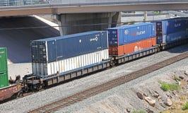 Treno merci con i contenitori Fotografie Stock Libere da Diritti