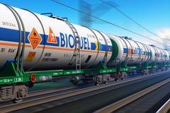 Treno merci con i tankcars del combustibile biologico Immagini Stock