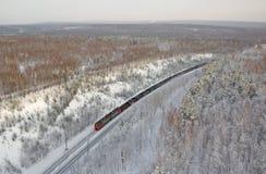 Treno merci dall'altezza del volo dell'uccello La Russia Immagini Stock Libere da Diritti