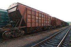 Treno merci del carico del grano sulle rotaie Fotografia Stock