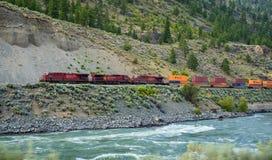 Treno merci della ferrovia pacifica canadese che si muove lungo Thompson River Immagine Stock