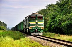 Treno merci locomotivo moderno verde fotografia stock