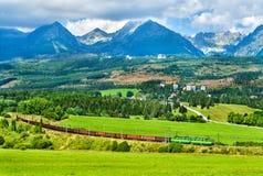 Treno merci nelle alte montagne di Tatra, Slovacchia Fotografia Stock Libera da Diritti