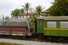 Treno merci sulla stazione ferroviaria Immagini Stock Libere da Diritti