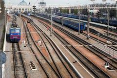 Treno merci sulla stazione ferroviaria Fotografia Stock
