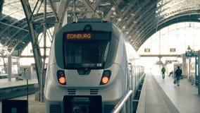 Treno moderno a Edinburg Viaggiando alla clip concettuale di introduzione della Scozia stock footage