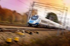 Treno molto veloce sulla ferrovia - mosso, tramonto Fotografie Stock Libere da Diritti