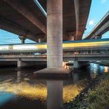 Treno nel paesaggio concreto urbano Fotografie Stock
