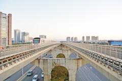 Treno nel paesaggio urbano Fotografia Stock Libera da Diritti