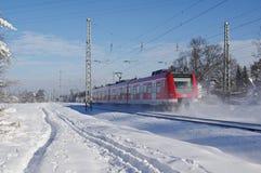 Treno nell'inverno con il lotto di neve Immagini Stock Libere da Diritti