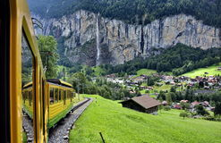 Treno nelle montagne Immagini Stock