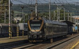 Treno nero dell'oro nella stazione di Zabreh nel giorno di estate immagini stock