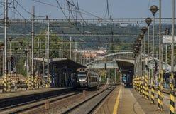 Treno nero dell'oro nella stazione di Zabreh nel giorno di estate immagine stock libera da diritti